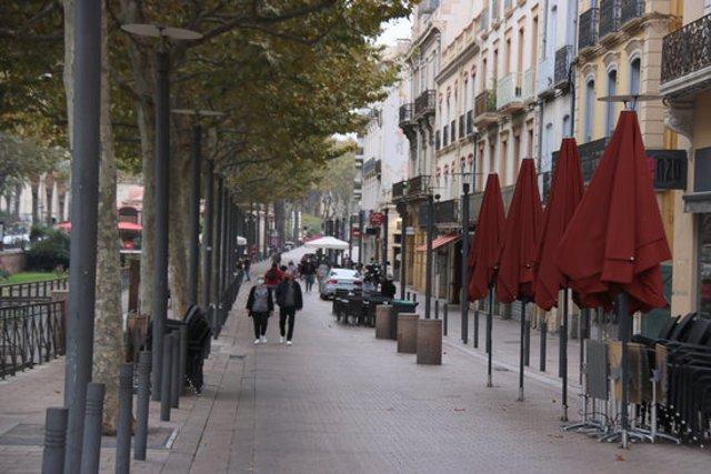 Pla general d'un carrer de Perpinyà amb alguns dels bars tancats aquest diumenge 25 d'octubre de 2020. (Horitzontal)