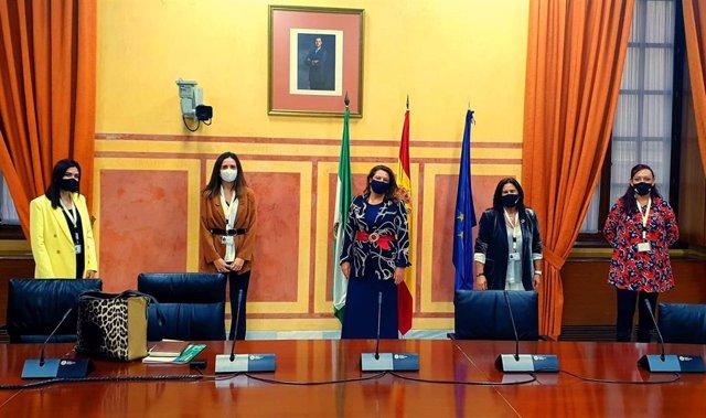 Carmen Crespo aplaude las iniciativas presentadas por universitarias  para aprovechar el alga asiática