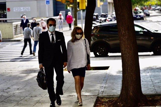 L'esposa del productor de televisió Josep Maria Mainat, Ángela Dobrowolski, ha arribat aquest diumenge tocades les 10.10 hores a la Ciutat de la Justícia de Barcelona, al costat del seu advocat, Jorge Albertini.