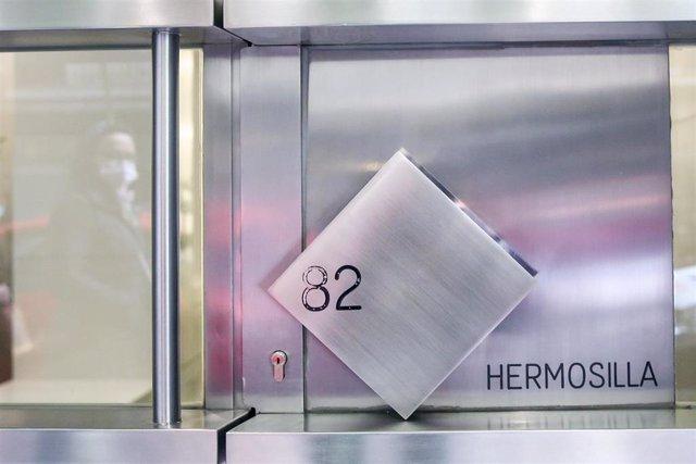 Portal de entrada en la Calle Hermosilla 82 de la casa de los padres del líder del partido opositor Voluntad Popular, Leopoldo López, tras su llegada a España