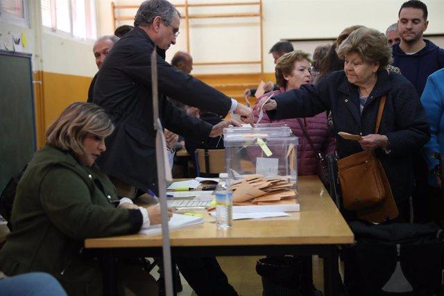 Ciutadans exerceixen el seu dret al vot en les eleccions generals
