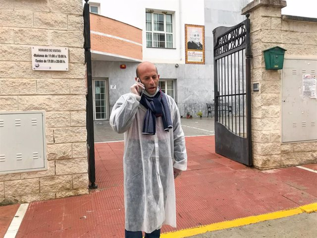 El Alcade Rafael Aguilar, en las puertas de la  residencia de mayores de Alcalá del Valle (Cádiz) en una imagen de archivo.