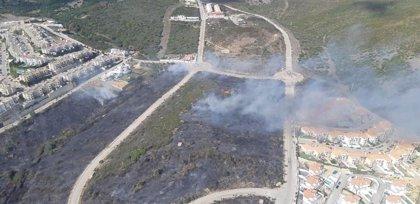 Unos 30 bomberos y un helicóptero intervienen en un incendio en La Línea (Cádiz)