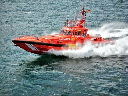 Rescatados siete tripulantes de una embarcación de alquiler volcada cerca de cabo Menorca