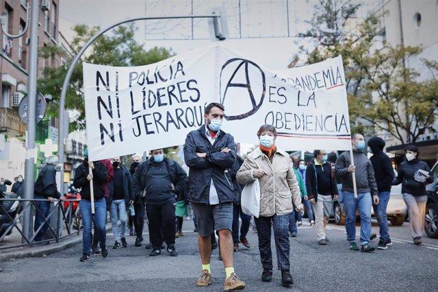 Varias personas sostienen una pancarta durante una manifestación de los vecinos de Vallecas