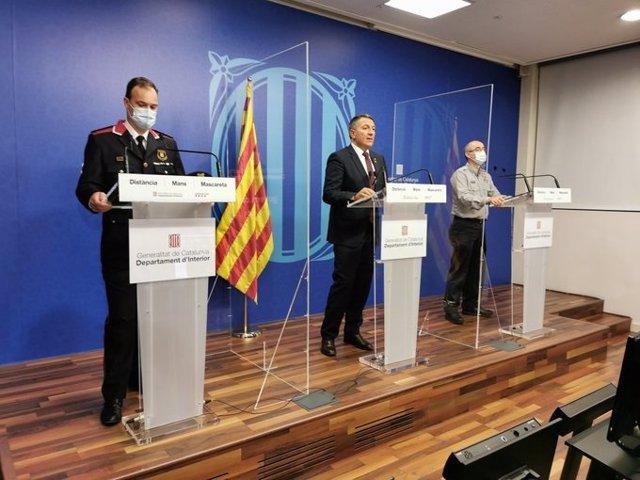 El conseller de Interior, Miquel Sàmper, en una rueda de prensa este domingo junto al subdirector de Protección Civil de la Generalitat, Sergio Delgado, y al comisario jefe de los Mossos d'Esquadra, Eduard Sallent.