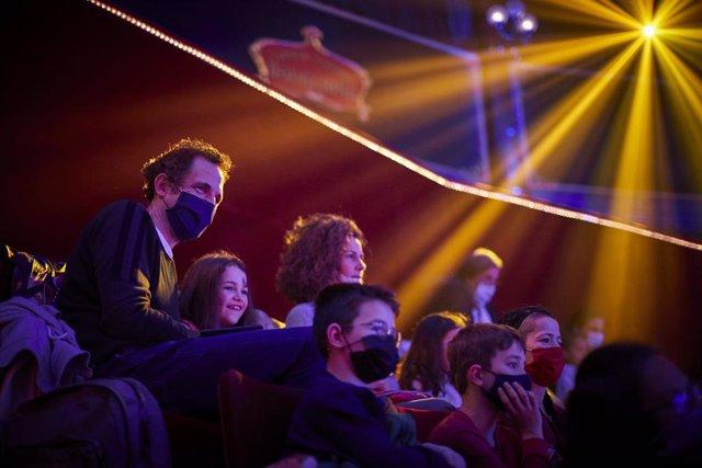Públic durant una funció en l'històric Circ d'Hivern (Cirque d'Hiver) de París