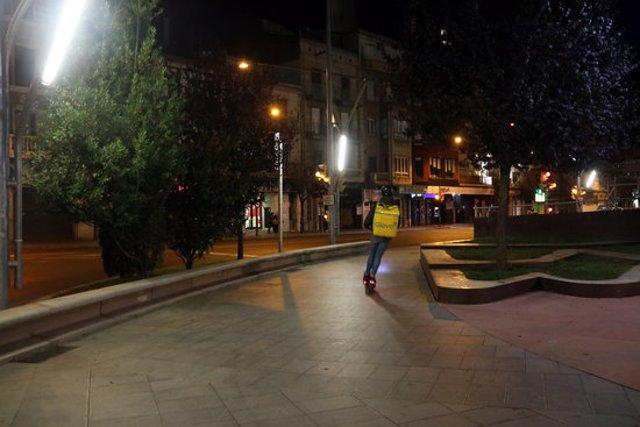 Pla obert de la plaça de Ricard Vinyes de Lleida on es veu un repartidor de menjar a domicili pocs minuts després de l'entrada en vigor del toc de queda, el 25 d'octubre de 2020. (Horitzontal)