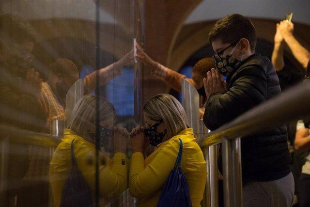 Un grupo de fieles rea a Nuestra Señora Aparecida, la virgen patrona de Brasil, en la basílica del mismo nombre.