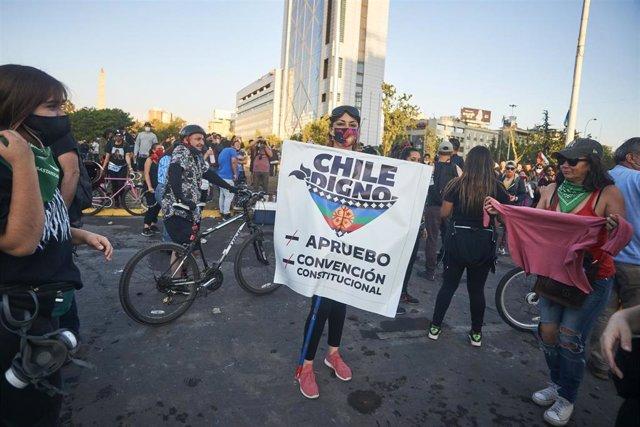 Centenares de chilenos han salido a las calles a celebrar el histórico triunfo en el plebiscito que pone fin a la Constitución legada por el dictador Augusto Pinochet (!973-1990).