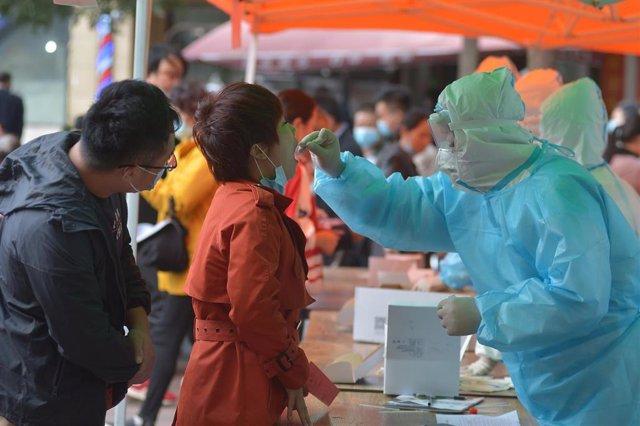 Una mujer se somete a una prueba de coronavirus en la ciudad de Qingdao, en la costa este de China.