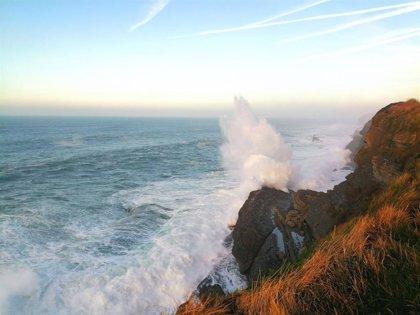 Las olas superan los nueve metros en Santander y Valderredible despierta bajo cero