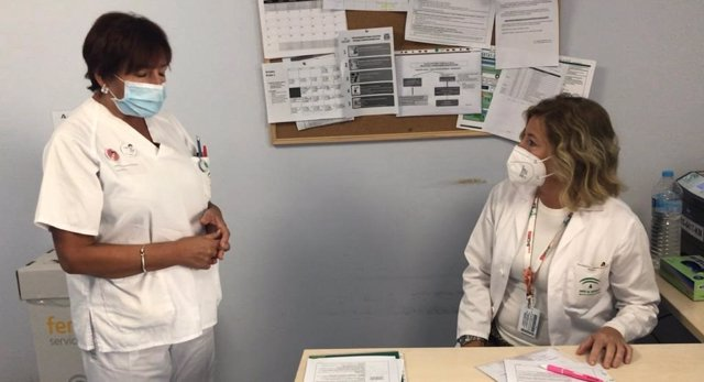 Oncóloga y enfermera en la consulta de cáncer de mama