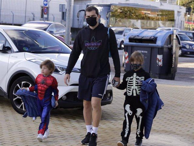 Iker Casillas ha llevado a sus hijos disfrazados al colegio con motivo de Halloween