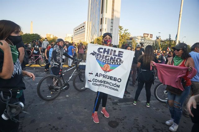 Els xilens han sortit als carrers a celebrar l'històric triomf en el plebiscit que acaba amb la Constitució que va deixar el dictador Augusto Pinochet (1973-1990).