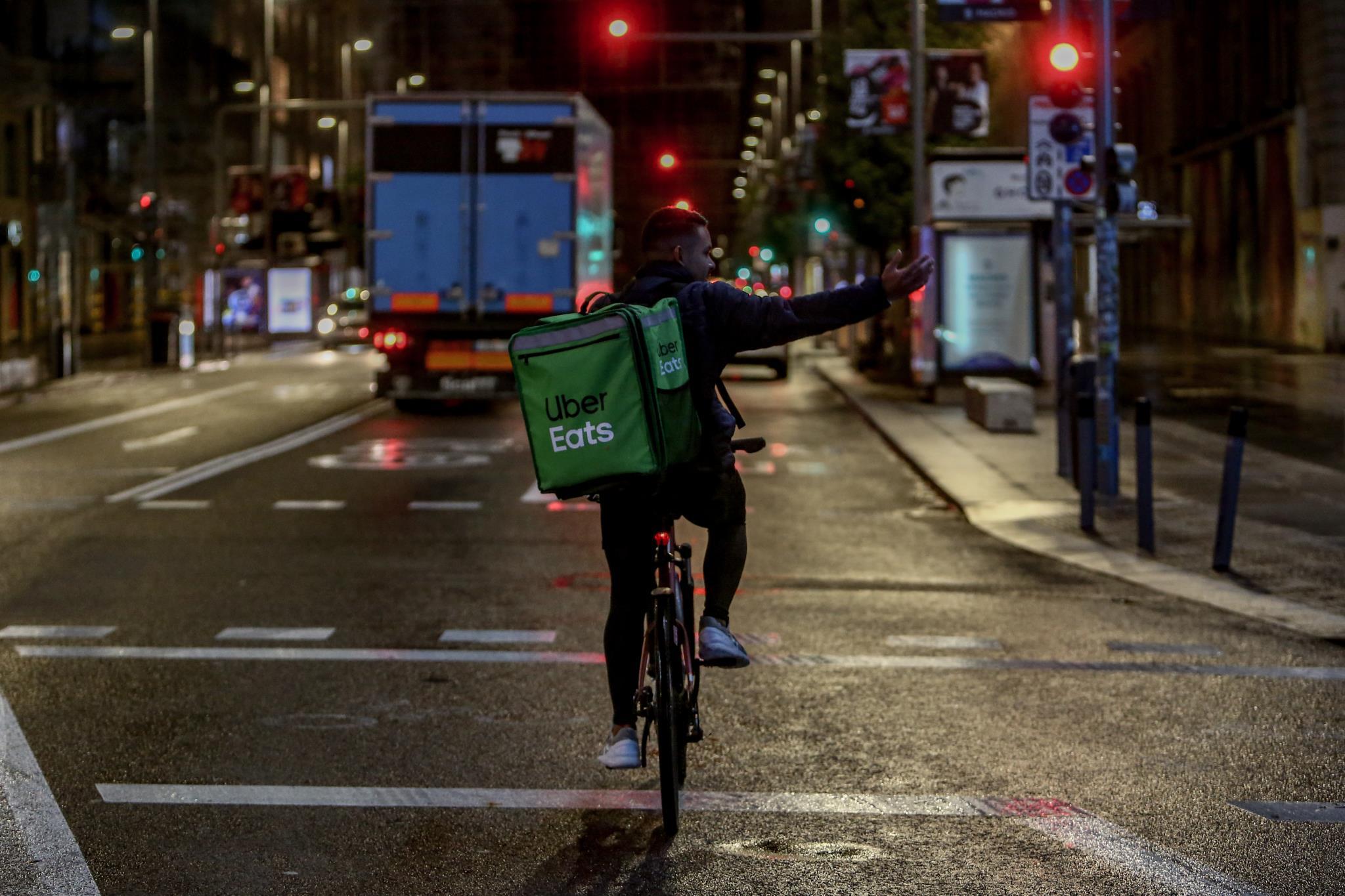 Un rider de Uber Eats circula durante la primera noche de toque de queda en Madrid