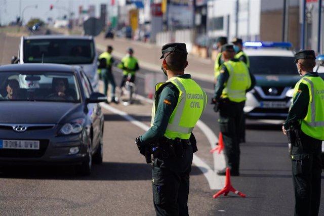 Agentes de la Guardia Civil realizan un control de movilidad.