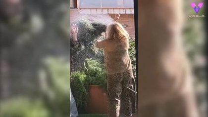 Hombre arbusto gasta una broma a su madre con cámara oculta