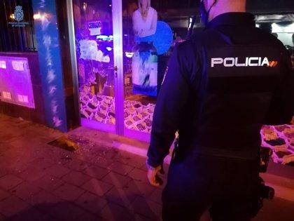 Detienen a un hombre por tratar de robar en un local tras romper un escaparate con una alcantarilla
