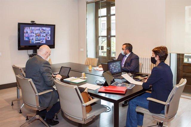 Chivite, junto con los vicepresidentes Remírez y Aierdi, en la Conferencia telemática de Presidentes Autonómicos con Pedro Sánchez