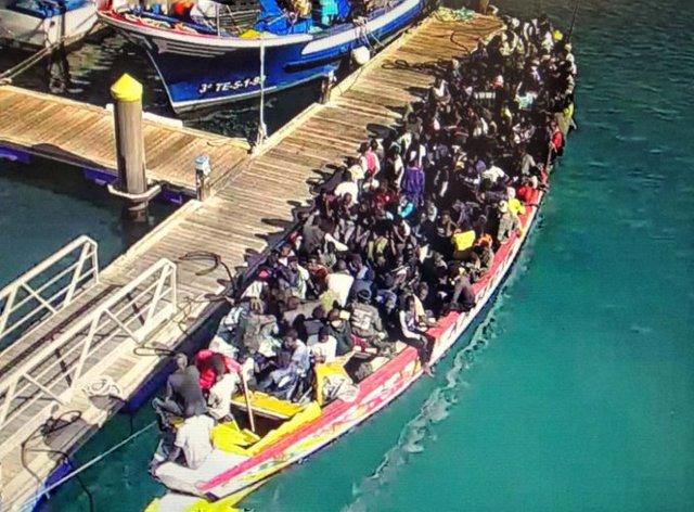 Llega a Tenerife un cayuco con 167 personas