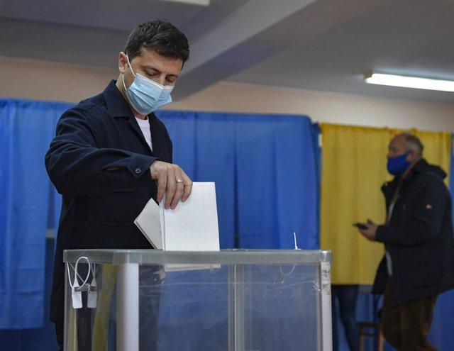 Volodimir Zelesnki vota en las elecciones locales