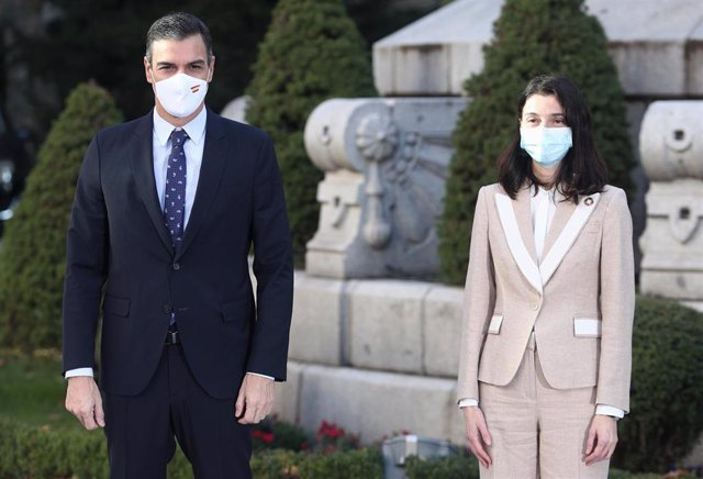 La presidenta del Senado, Pilar Llop, y el presidente del Gobierno, Pedro Sánchez, posan en el Senado