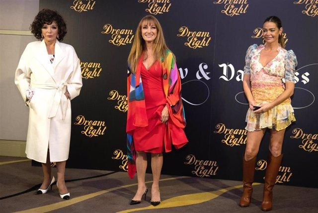 (I-D) Joan Collins, Jane Seymour y Denise Richards posan en photocall durante la rueda de prensa de la serie 'Glow & Darkness', en Madrid (España), a 26 de octubre de 2020.