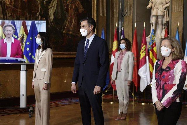 El presidente del Gobierno, Pedro Sánchez (c) junto a la presidenta del Senado Pilar Llop, (i) la vicepresidenta de Asuntos Económicos, Nadia Calviño (d) y la ministra de Hacienda, María Jesús Montero (2d).