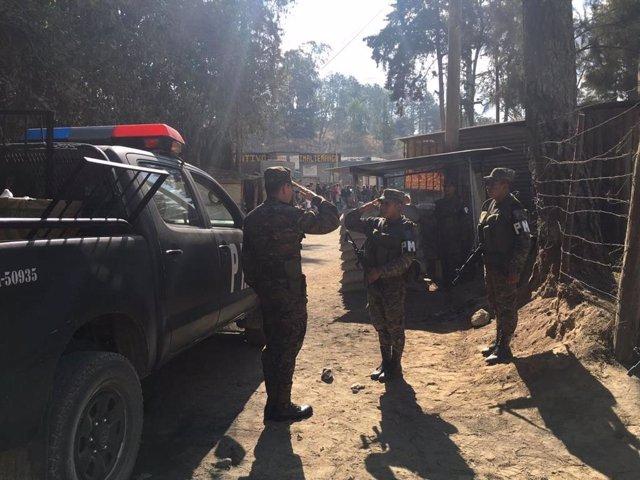Guatemala.- Antiguos efectivos del Ejército bloquean carreteras para exigir la a