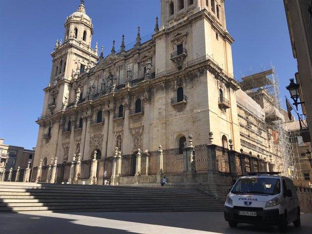 Un vehículo de la Policía Local de Jaén junto a la Catedral.