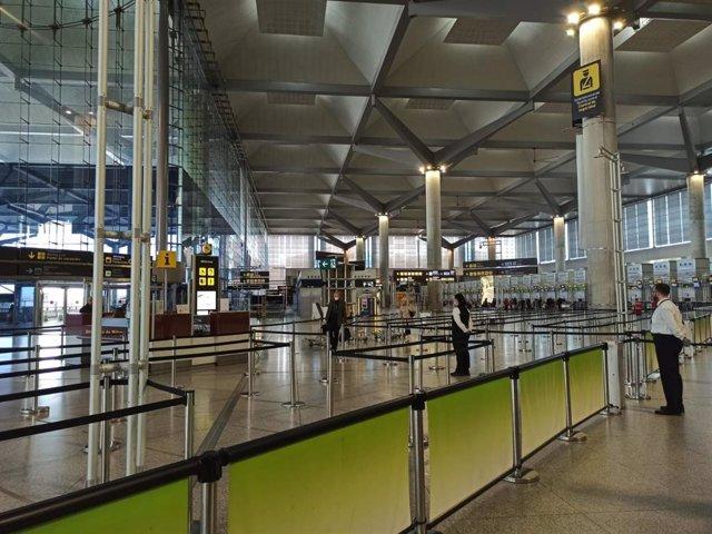 Imagen del aeropuerto de Málaga con pocos pasajeros (domingo 22 de marzo de 2020)