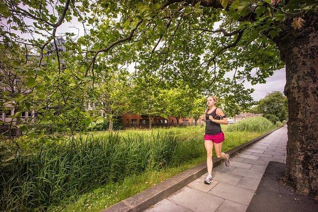 Chica haciendo ejercicio con entrenamientos de running para ello.