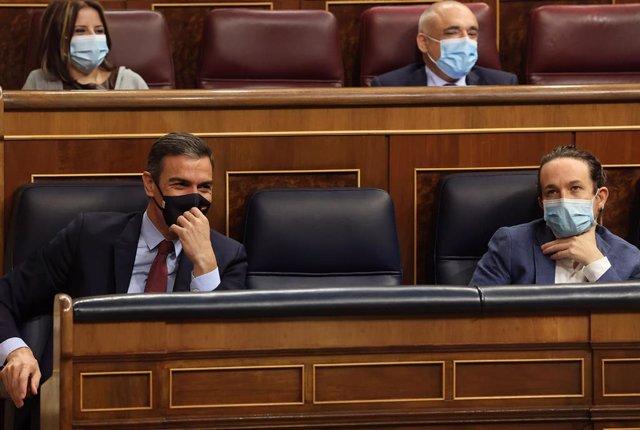 El presidente del Gobierno, Pedro Sánchez (i); y el vicepresidente segundo del Gobierno, Pablo Iglesias (d), durante el pleno en el que se debate la moción de censura planteada por Vox, en el Congreso de los Diputados, Madrid (España).