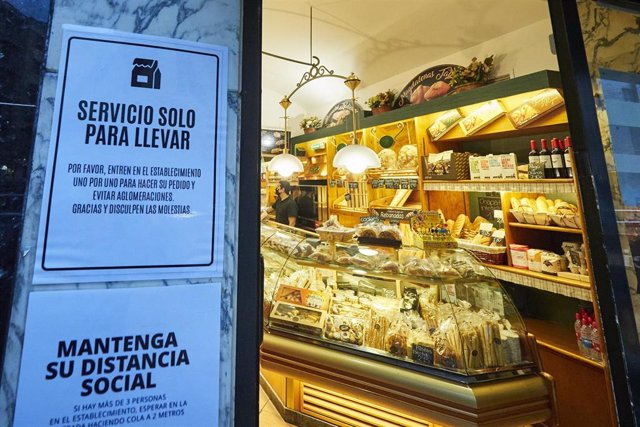 Cartel en la entrada a la Cafetería Taberna de Pamplona en el que se indica que se lee 'Servicio solo para llevar', el día en el que han entrado en vigor las nuevas restricciones en Navarra para tratar de reducir los casos de Covid-19, en Pamplona, Navarr