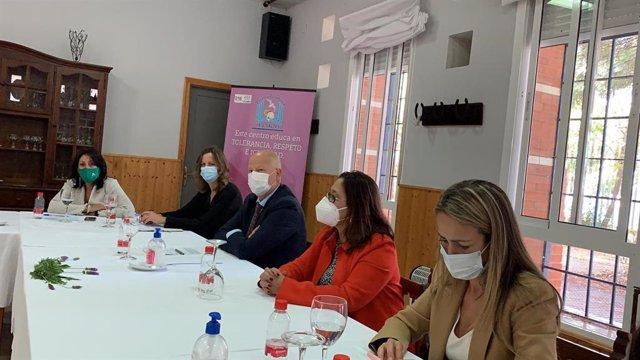 El consejero de Educación, Javier Imbroda, durante la reunión mantenida con el IES Saltés de Punta Umbría (Huelva).