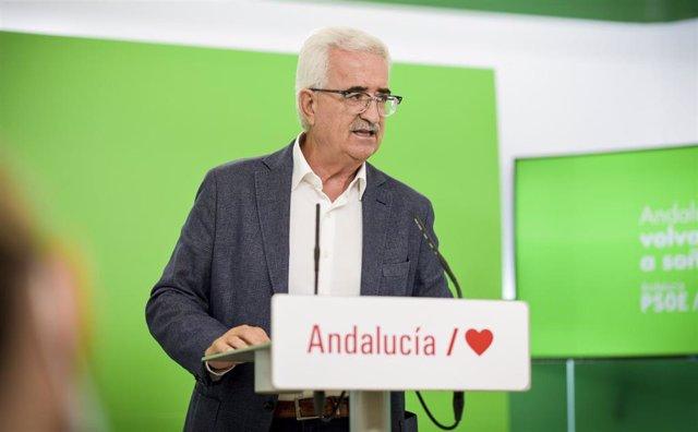 El portavoz adjunto del PSOE-A, Manuel Jiménez Barrios, en rueda de prensa. Foto de archivo