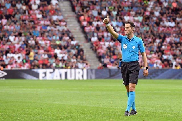 EINDHOVEN, 22-09-2019 Philips Stadium,  Dutch Eredivisie Football season 2019 / 2020 . referee Danny Makkelie during the game PSV - Ajax.