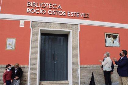 Gines (Sevilla) homenajea a la bibliotecaria municipal fallecida en agosto rotulando con su nombre su centro de trabajo