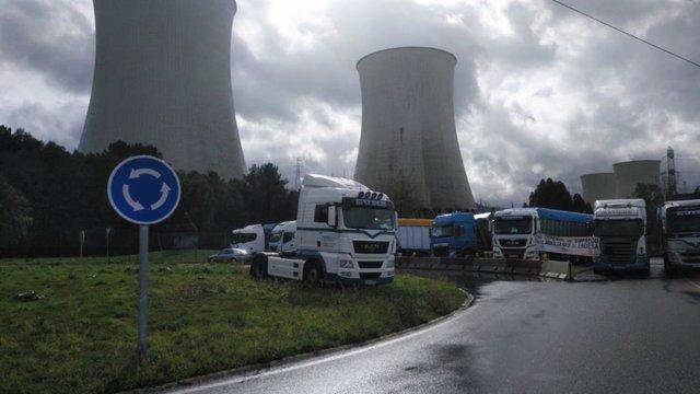 Transportistas de carbón bloquean las salidas de la central térmica de Endesa en As Pontes de García Rodríguez (A Coruña).