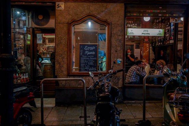 Comensales disfrutan en un establecimiento abierto de Chueca, un día antes del fin del estado de alarma, en Madrid (España), a 23 de octubre de 2020.