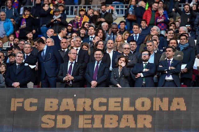 22 February 2020, Spain, Barcelona: FC Barcelona President Josep Maria Bartomeu (C) attends the Spanish Primera Division soccer match between FC Barcelona and SD Eibar at Camp Nou. Photo: -/Espa Photo Agency via CSM via ZUMA Wire/dpa