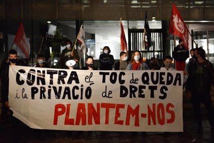 Un centenar de personas protestan contra el toque de queda en Girona