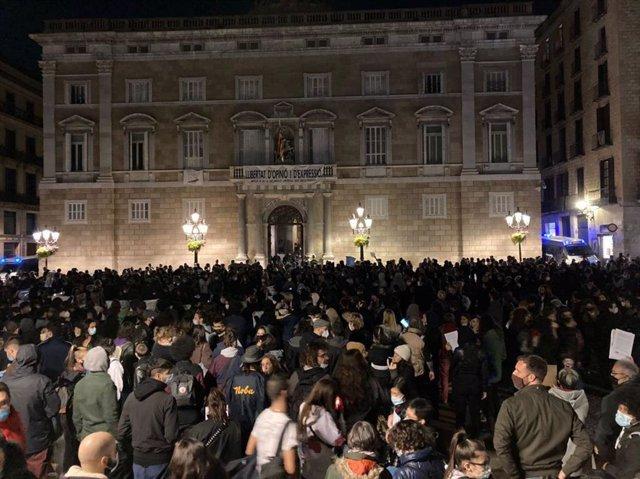 Unas 800 personas, según la Guardia Urbana, se han concentrado este lunes por la noche en la plaza Sant Jaume de Barcelona.