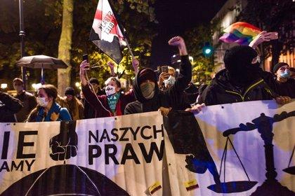 Manifestantes bloquean las calles de Varsovia y más ciudades de Polonia para protestar contra la reforma del aborto
