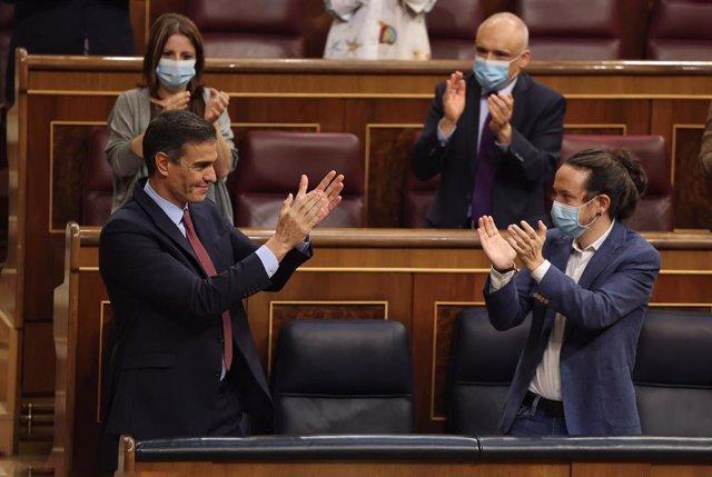 El presidente del Gobierno, Pedro Sánchez (i), es aplaudido por la vicesecretaria general del PSOE y portavoz en el Congreso, Adriana Lastra; el secretario general del PSOE en el Congreso, Rafael Simancas; y el vicepresidente segundo, Pablo Iglesias (d).
