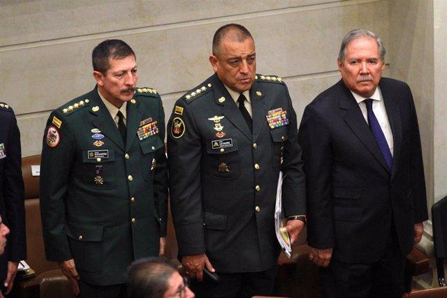 Imagen de archivo de 2019 del exministro de Defensa Guillermo Boter (d)  junto al comandante general del Ejército Nicacio Martinez (i) y el comandante Luis Navarro (c).