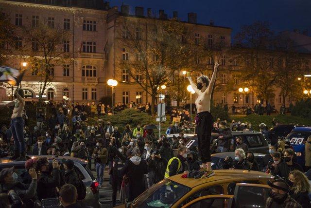 Polonia.- Convocan una huelga general de mujeres en Polonia para el miércoles co