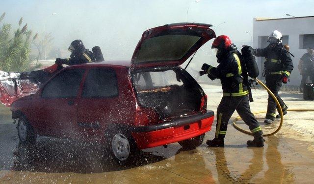 Bomberos extinguen un incendio en un vehículo