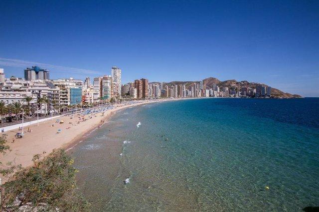 Playa de Levante de Benidorm durante el Día Mundial del Turismo 2020, en Benidorm, Alicante, Comunidad Valenciana (España) a 27 de septiembre de 2020. Esta edición, bajo el lema de 'Turismo y desarrollo rural', destaca la capacidad excepcional del turismo